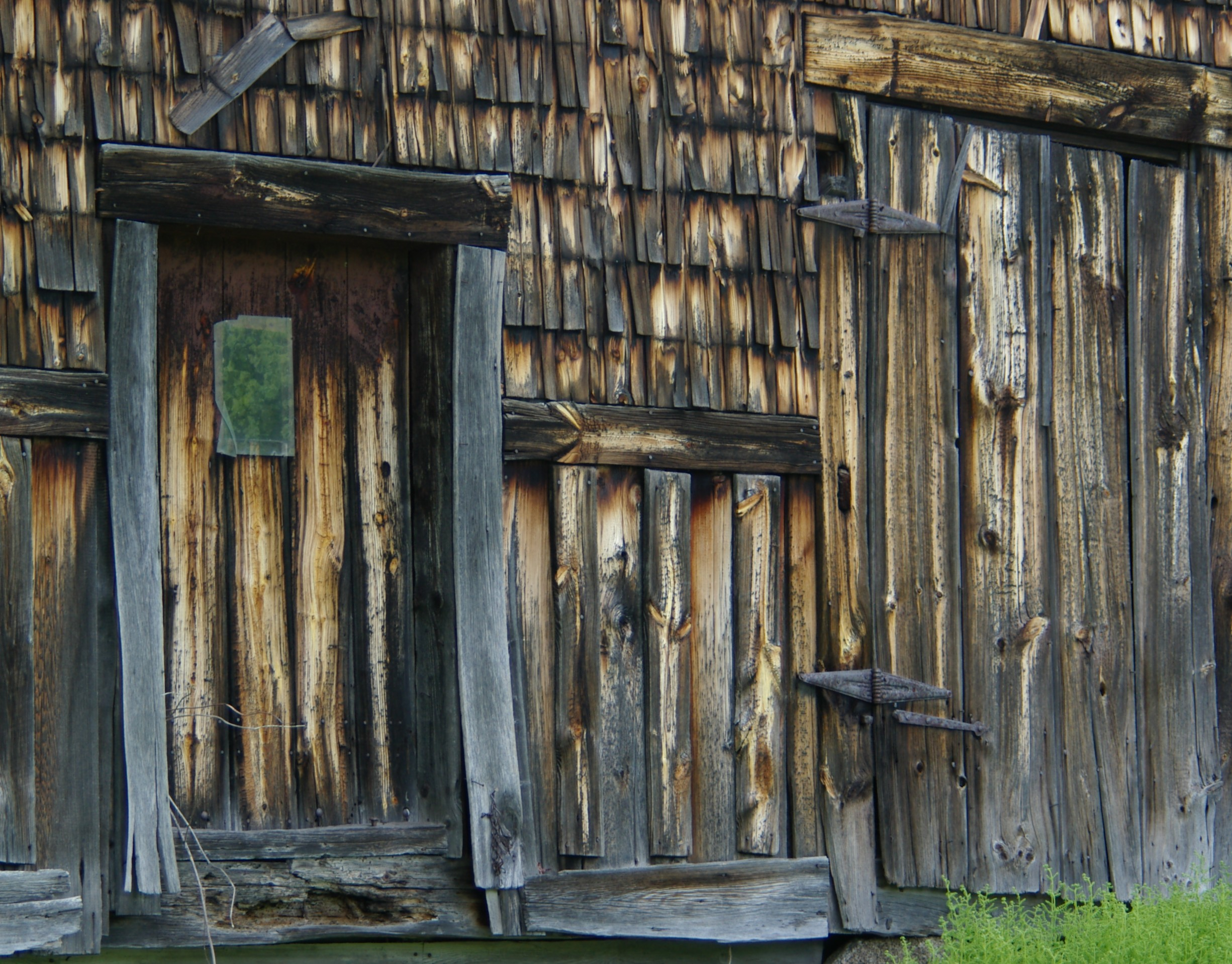 Hinged barn doors -  Prior To The 1850s Most Barns Had A Least One Pair Of Large Hinged Doors That Opened Onto The Main Drive Floor Each Door Measured About Four Or Five Feet